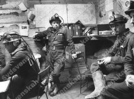 Fyra gruvarbetare kvar under jord